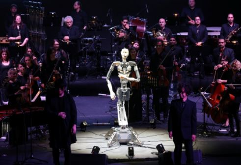 El Android Alter 3 conduce una orquesta sinfónica