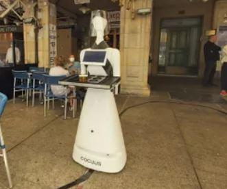 En Pamplona podemos encontrar al androide Alexia sirviendo cervezas en una terraza
